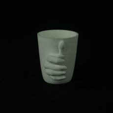 Mano en el vaso