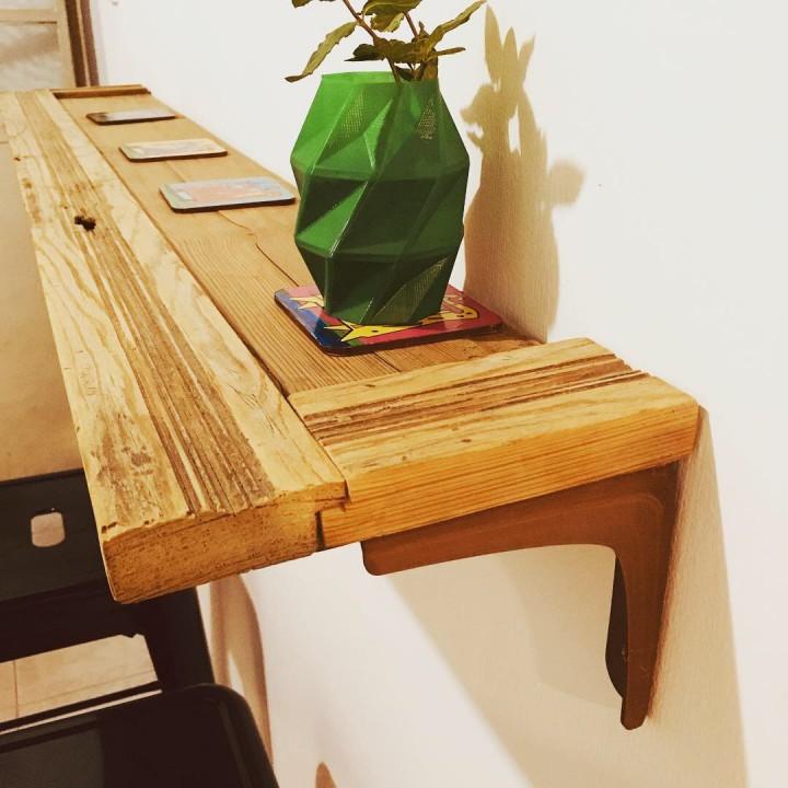 Shelf bracket (Simple, Beautiful and Resistant)