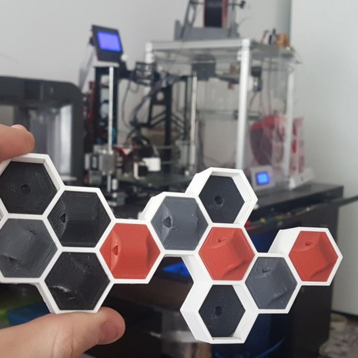 IPA3D Multi-llavero hexagonal amurable / IPA3D Multi- hexagon keychain with wall support